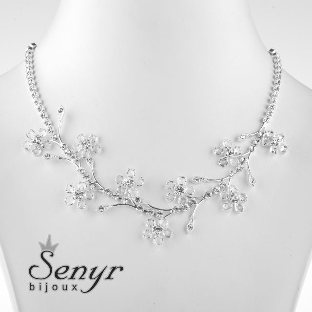 Romantic necklace with flowers